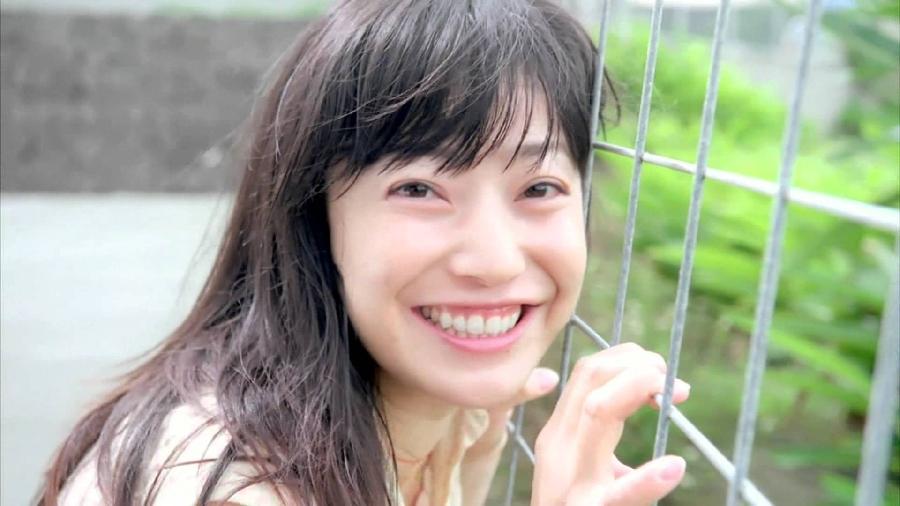 フェンスを握る菅野美穂